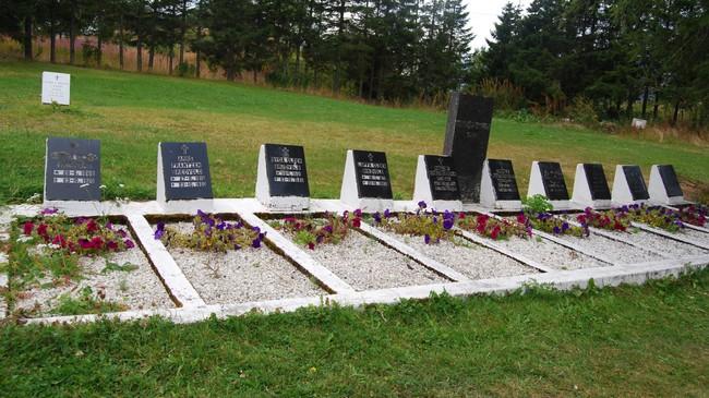 GRAVSTØTTENE: 10 av de elleve omkomne i Brudeforliset er gravlagt her i Digermulen; den ellevte på Vestvågøy. Foto: Billy Jacobsen / NRK, 2011