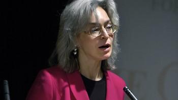 Arkivbilde av journalist og forfatter Anna Politkovskaja fra da hun mottok Olof Palmeprisen.