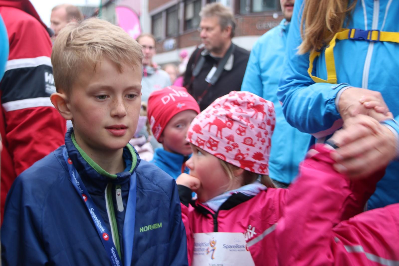 Kong Harald og Dronning Sonja var tilstede under barneløpet i Midnight Sun Marathon i Tromsø lørdag, første stopp på jubileumsreisen som er en markering av kongeparets 25-årsjubileum. Foto: Ida Louise Rostad / NRK