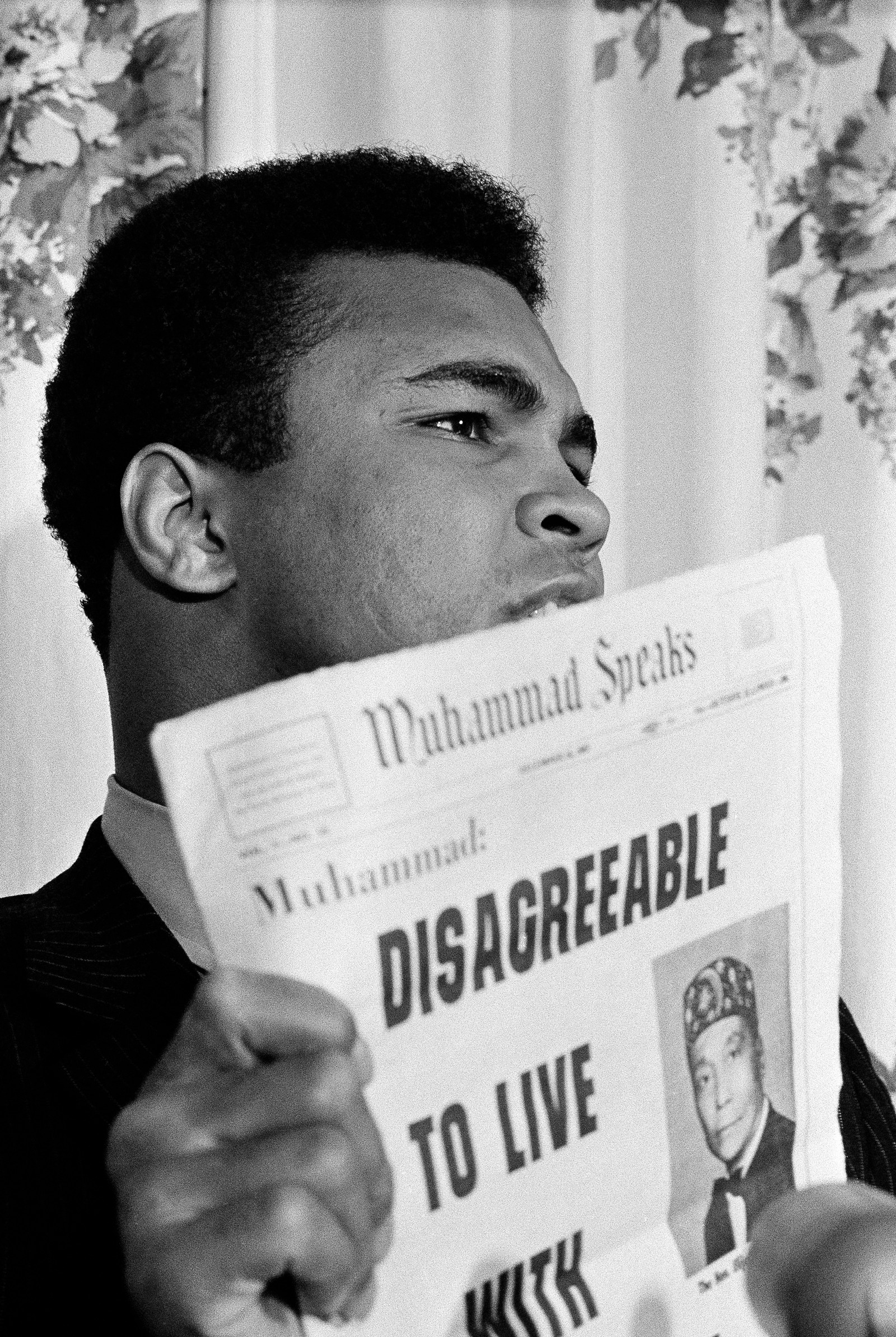 Muhammad Ali holder opp en utgave av Muhammad Speaks i Albany, New York, 19. desember 1967.
