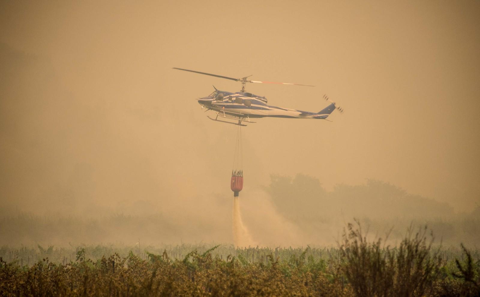 Et brannhelikopter benyttes i slukningsarbeidet i Pumanque.