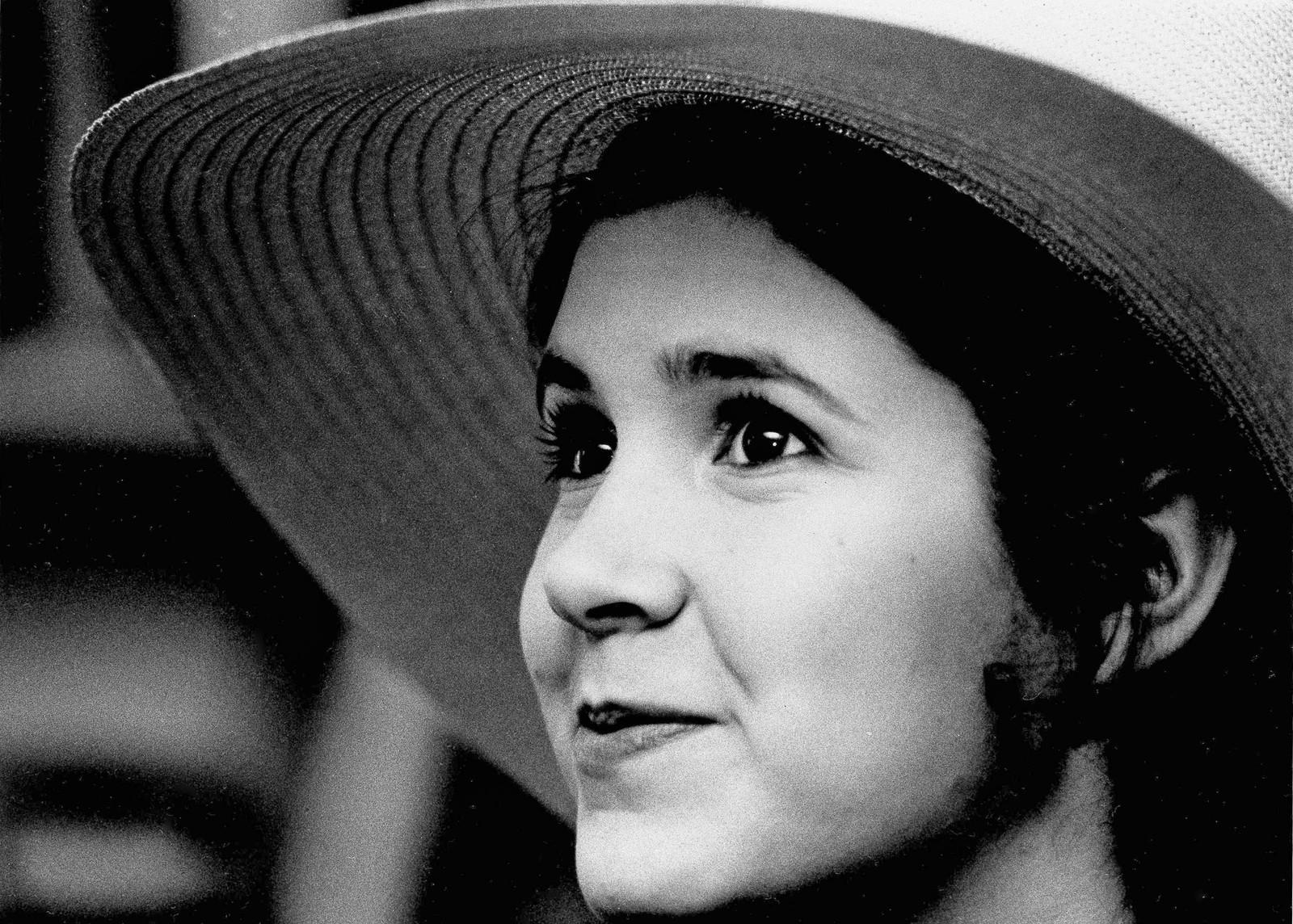TENÅRING: Carrie Fisher fulgte foreldrenes fotspor inn i underholdningsverdenen. Faren var sanger og moren skuespiller. Bildet viser Fisher som 16-åring.