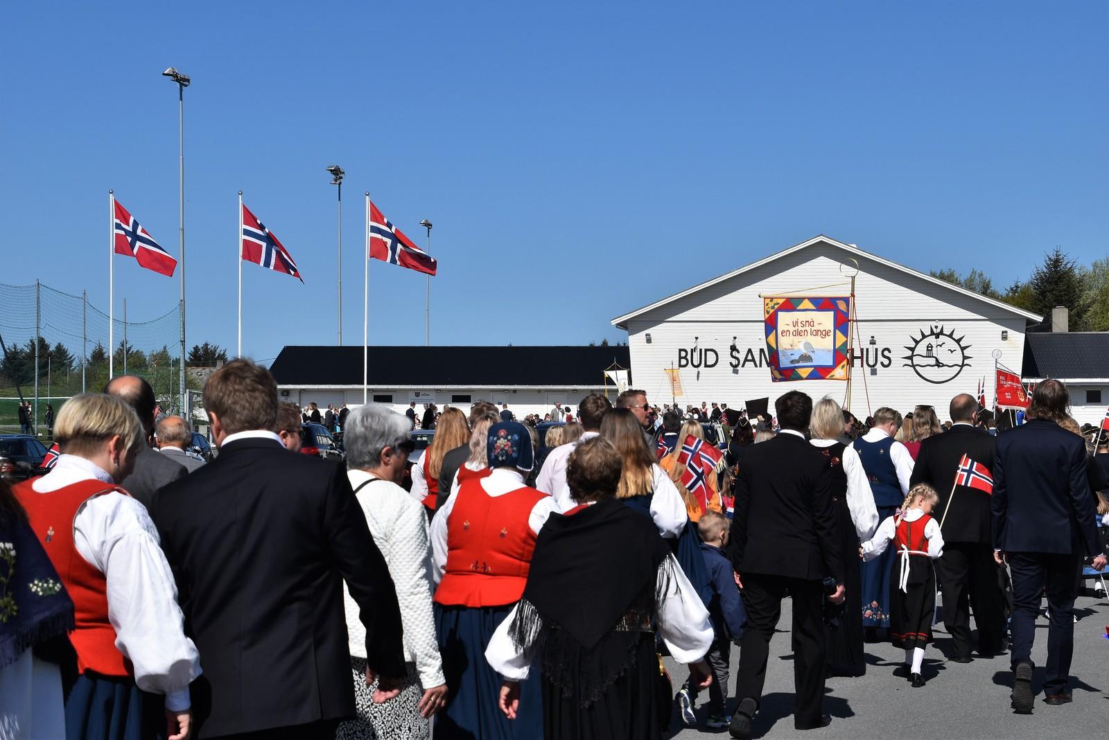 Buaværingene samlet seg ved Bud Samfunnshus på 17.mai. Der var det tale, korpsmusikk, matsalg, leker og underholdning.