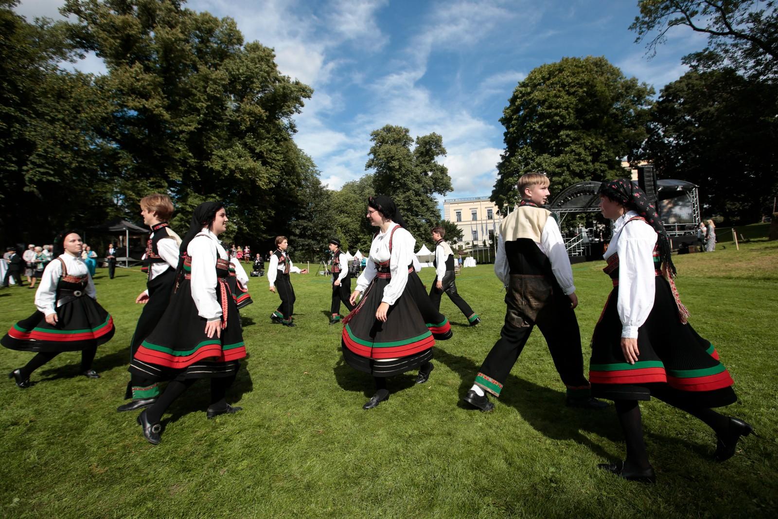 Gjestene ble møtt av folkelig dans før hagefesten.