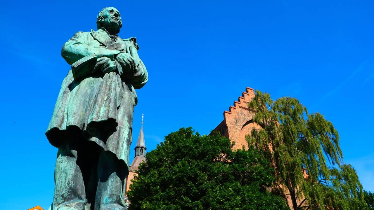 H.C. Andersen-statue og Odense katedral