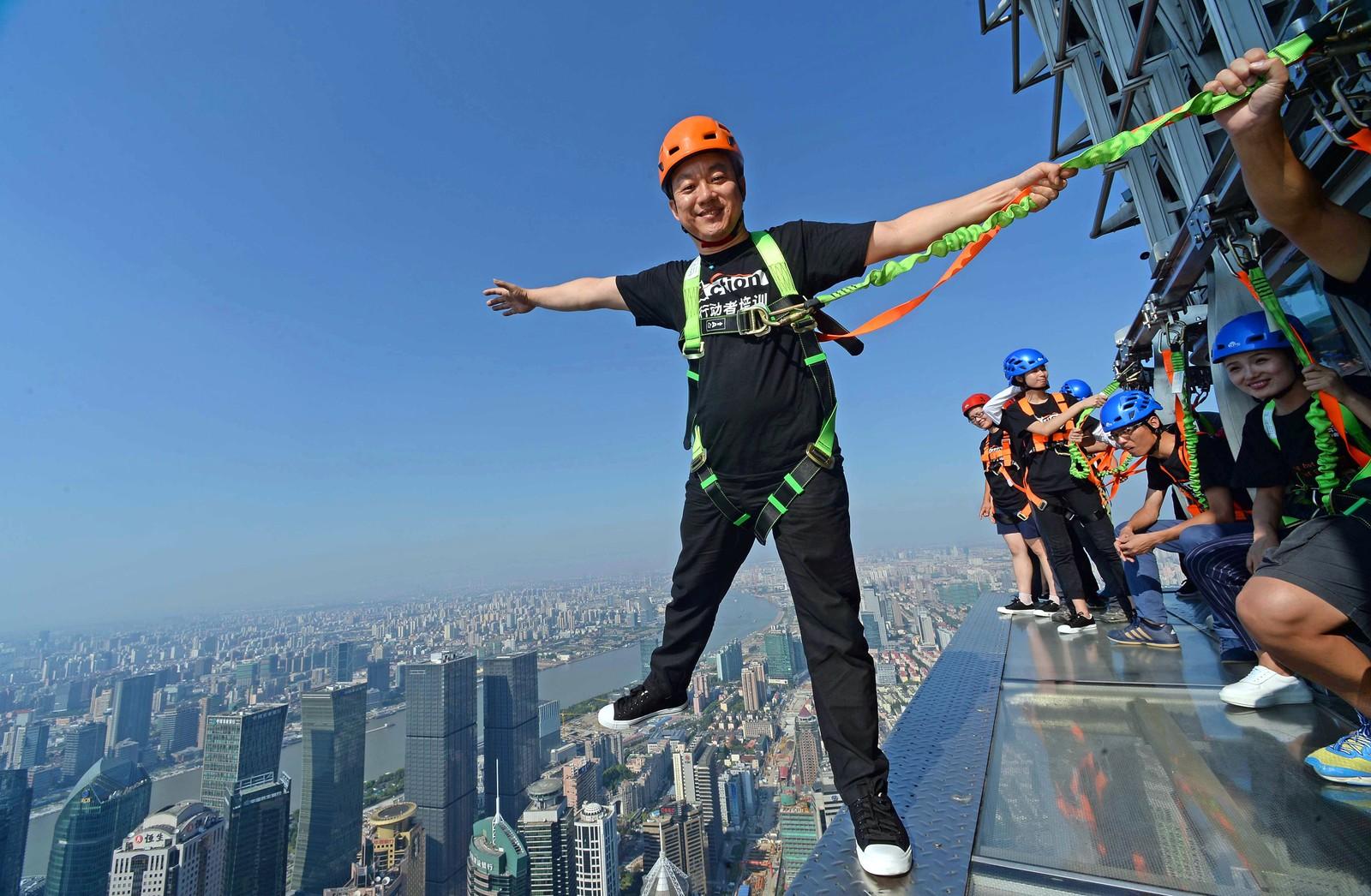 En attraksjon for de uten høydeskrekk. De er på den 88. etasjen på Jin Mao-tårnet i Shanghai, 340 meter over bakken.