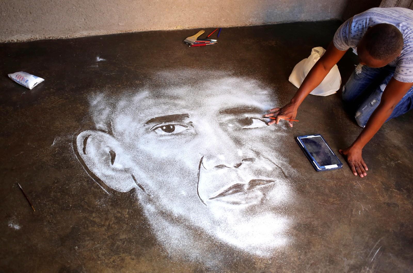 Percy Maimela er en selvlært kunstner. Her lager han et bilde av Barack Obama ved hjelp av salt hjemme i Pretoria i Sør-Afrika.