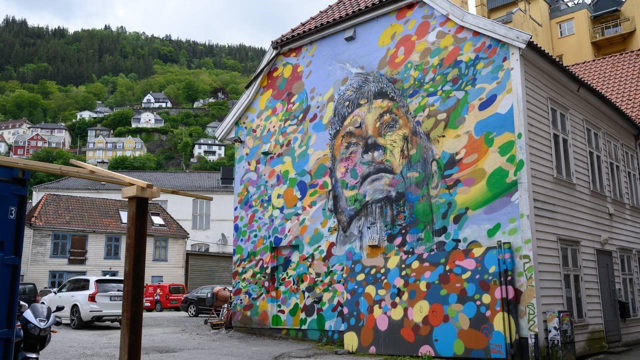 Gatekunst i Bergen. Kunstneren NIMI har dekorert en hel husvegg rett ved Litteraturhuset.