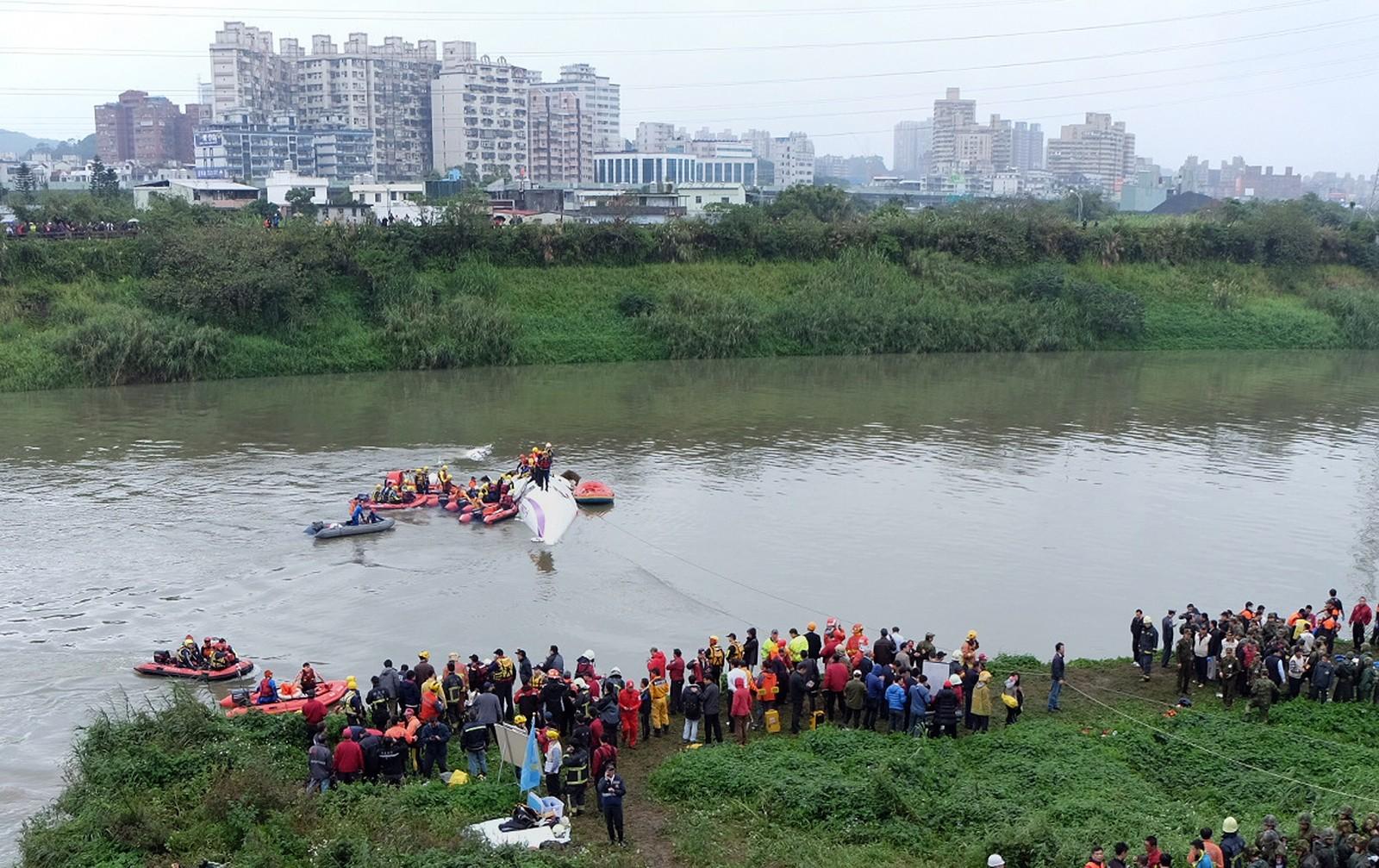 Flyet var på vei til øya Kinmen da det styrtet rett etter avgang fra den internasjonale flyplassen i Taipei.