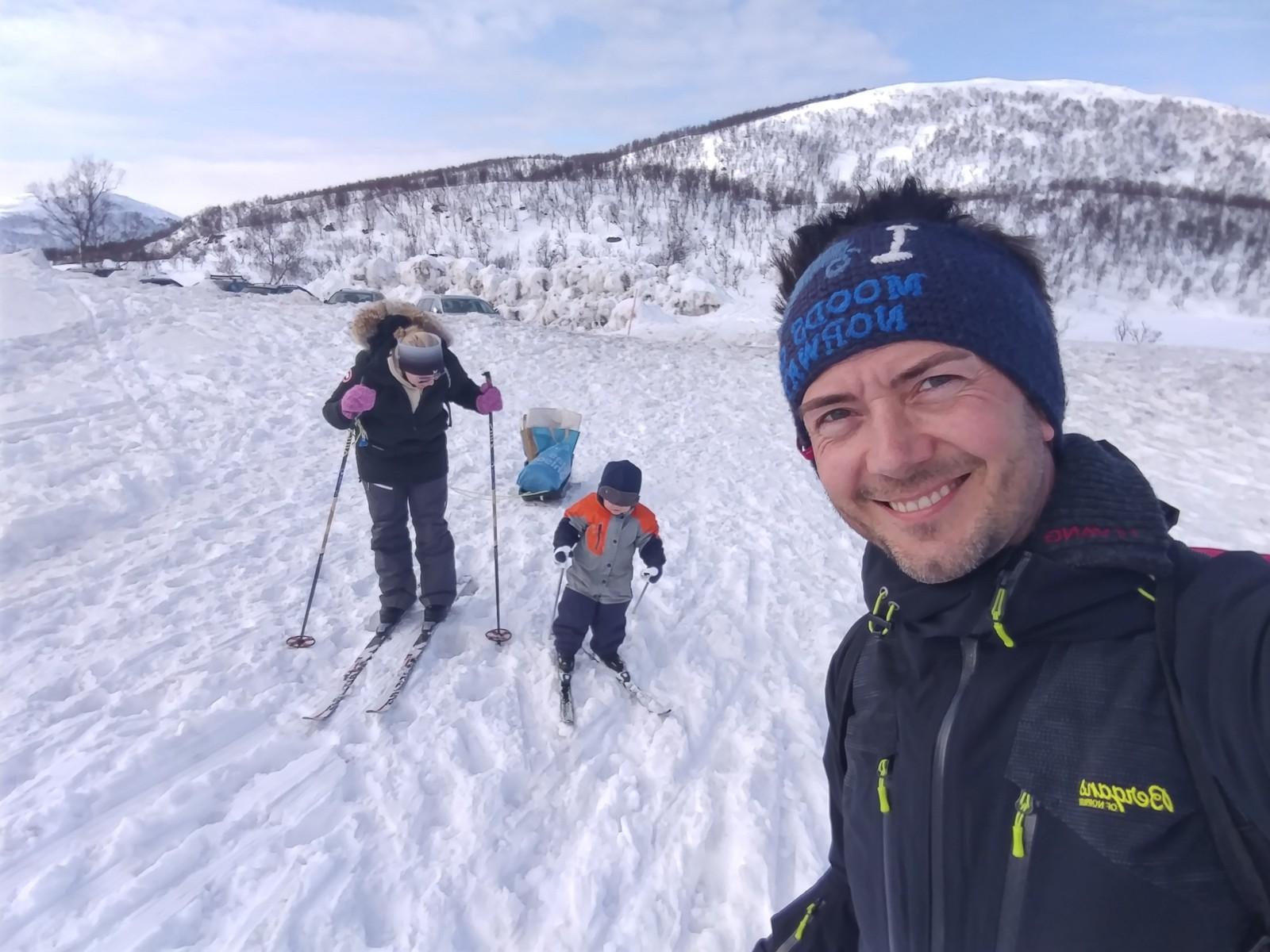 Kent Gudmundsen på skitur med sønnen på Aunfjellet i Troms.