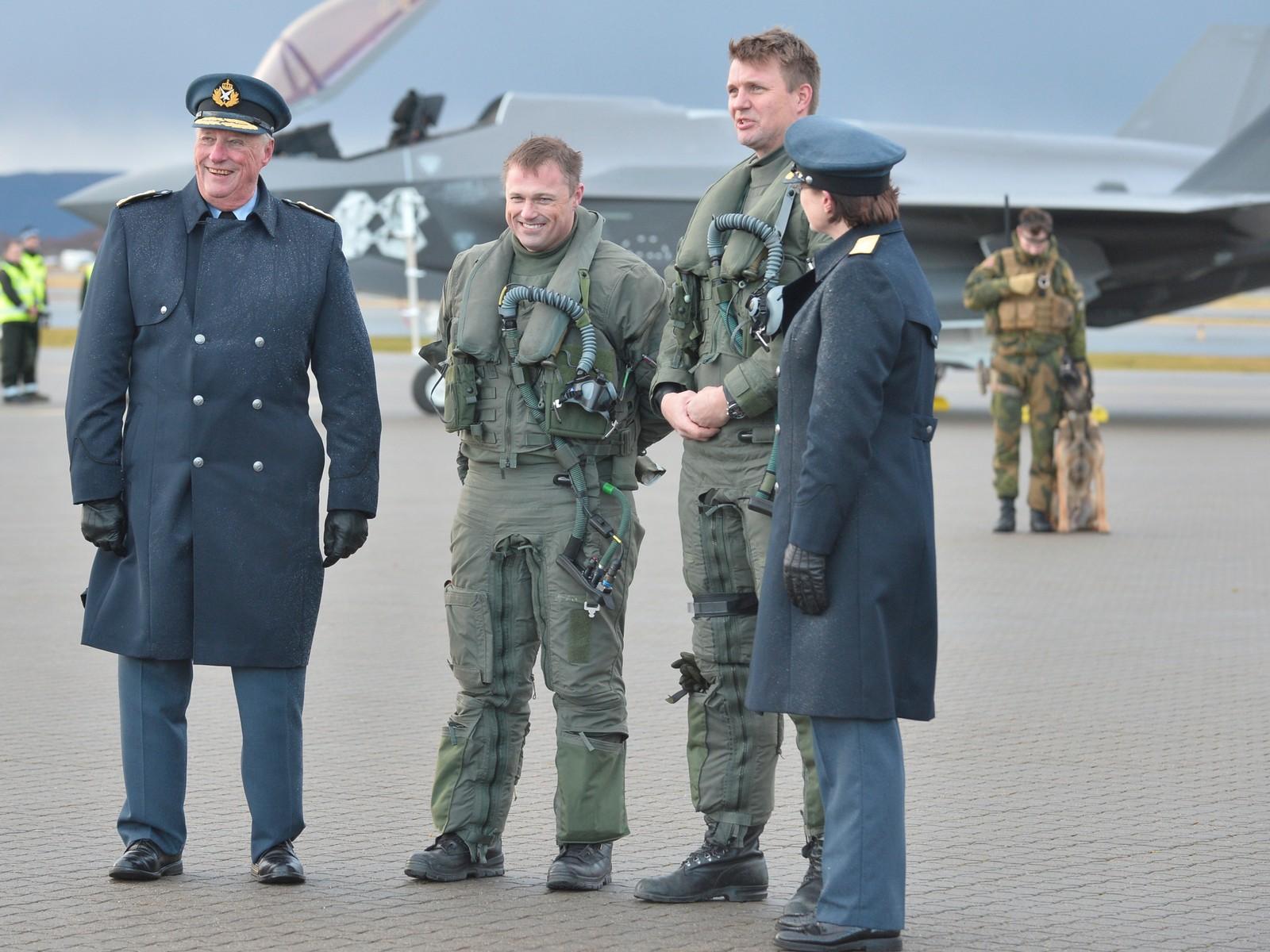 Kong Harald sammen med de to første pilotene som fløy F-35 i Norge.