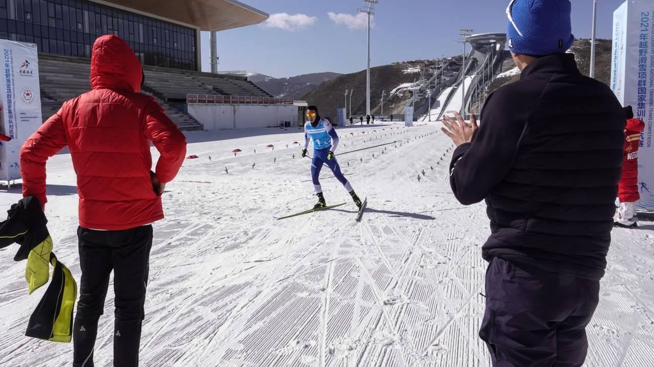 Skiskytternes Cheng Fangmin er først i mål i stafetten