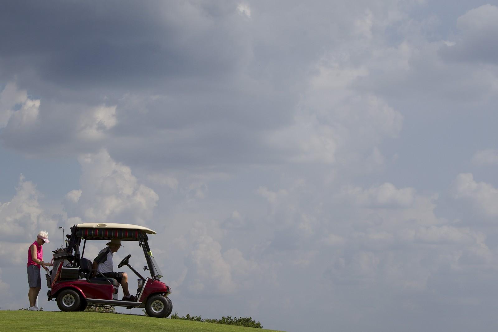 En pensjonist koser seg på golfbanen i det som skal være verdens største seniorlandsby - The Villages i Florida. Hele 45 baner kan man velge å spille på.
