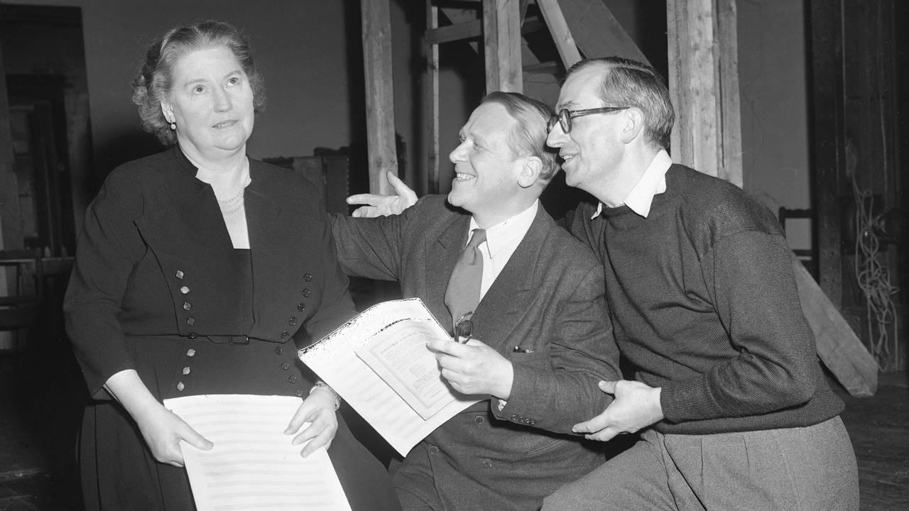 Sangerinne Kirsten Flagstad under prøver på Det Nye Teater sammen med med B. Buntz (nærmest) og den engelske iscenesetter Beanard Miles. 1953