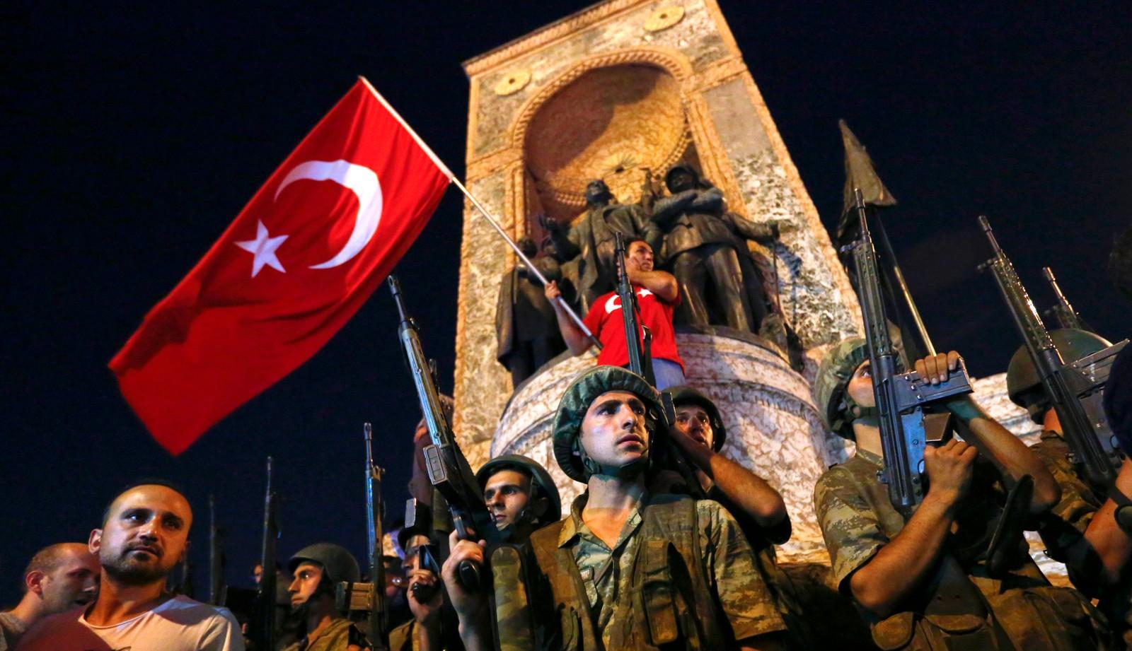 I løpet av kvelden strømmen folk til Taksim-plassen for å demonstrere.