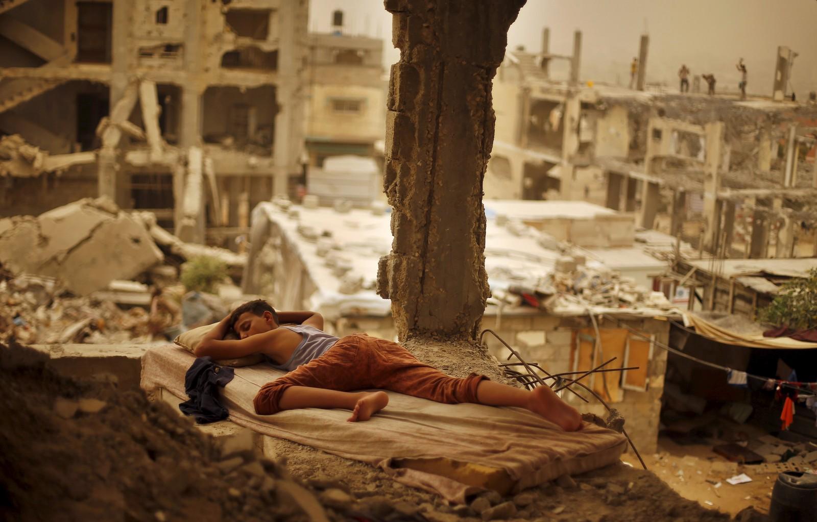 En palestinsk gutt hviler i ruinene av sin families hjem i Gaza 8. september.