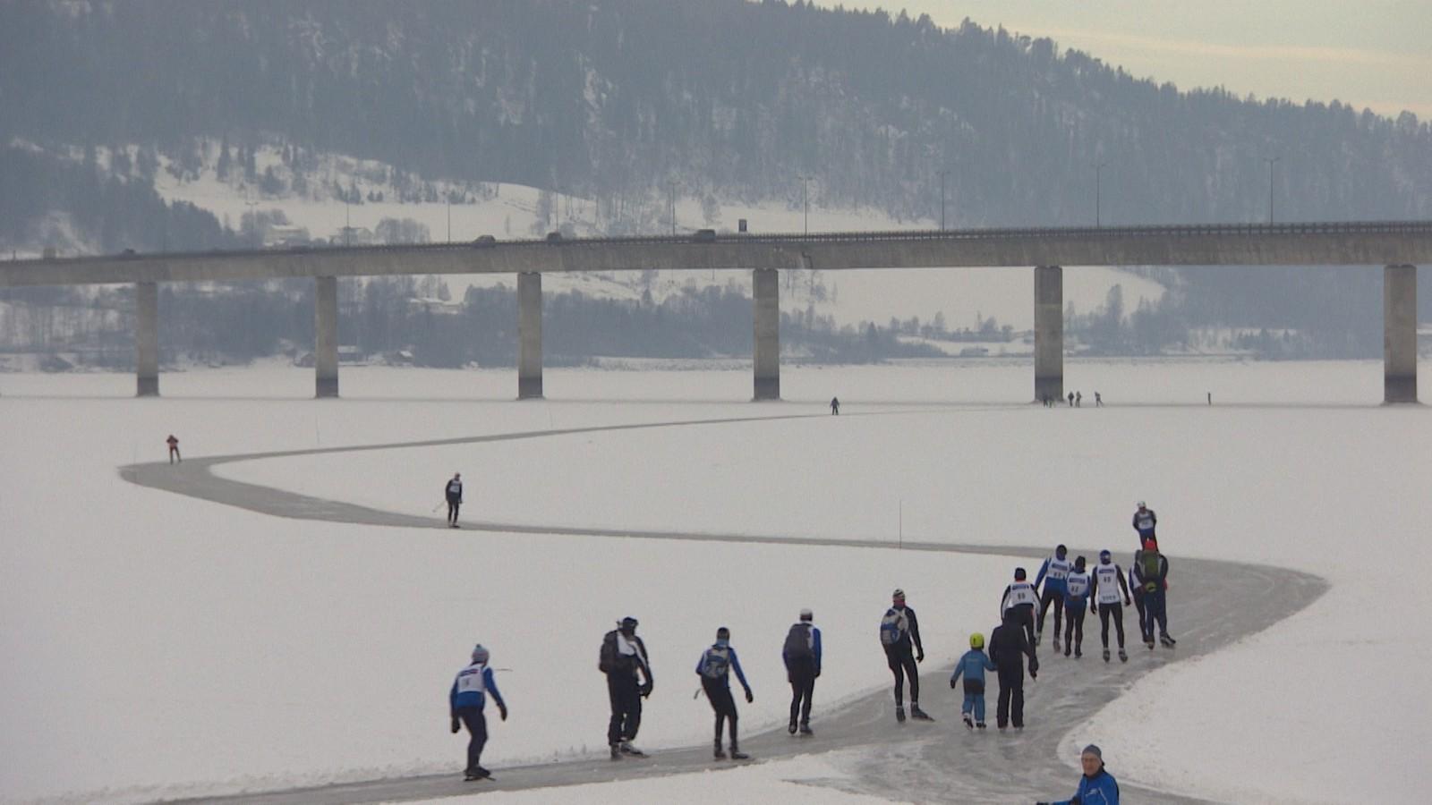 Mange hadde tatt turen til Vingnes for å gå på skøyter på Mjøsa.