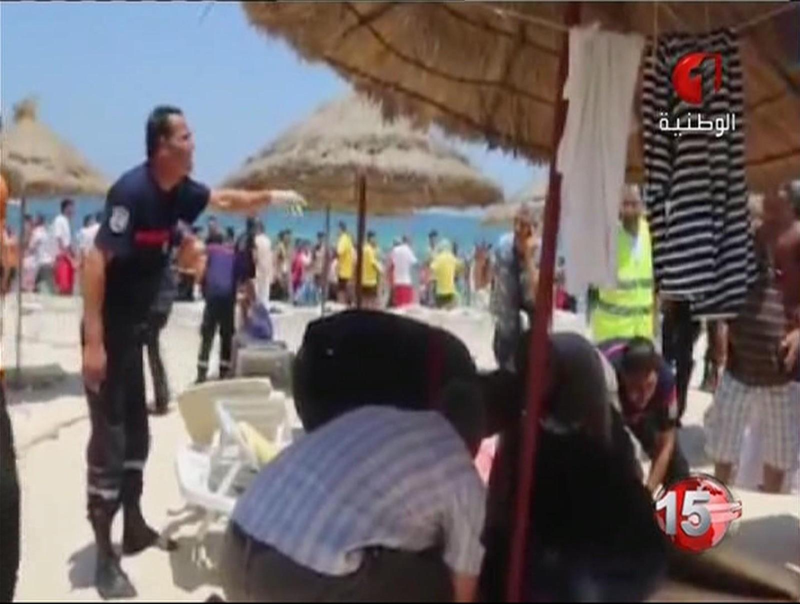 Sårede får hjelp på stranden etter terrorangrepet i Sousse, 26.juni, 2015.