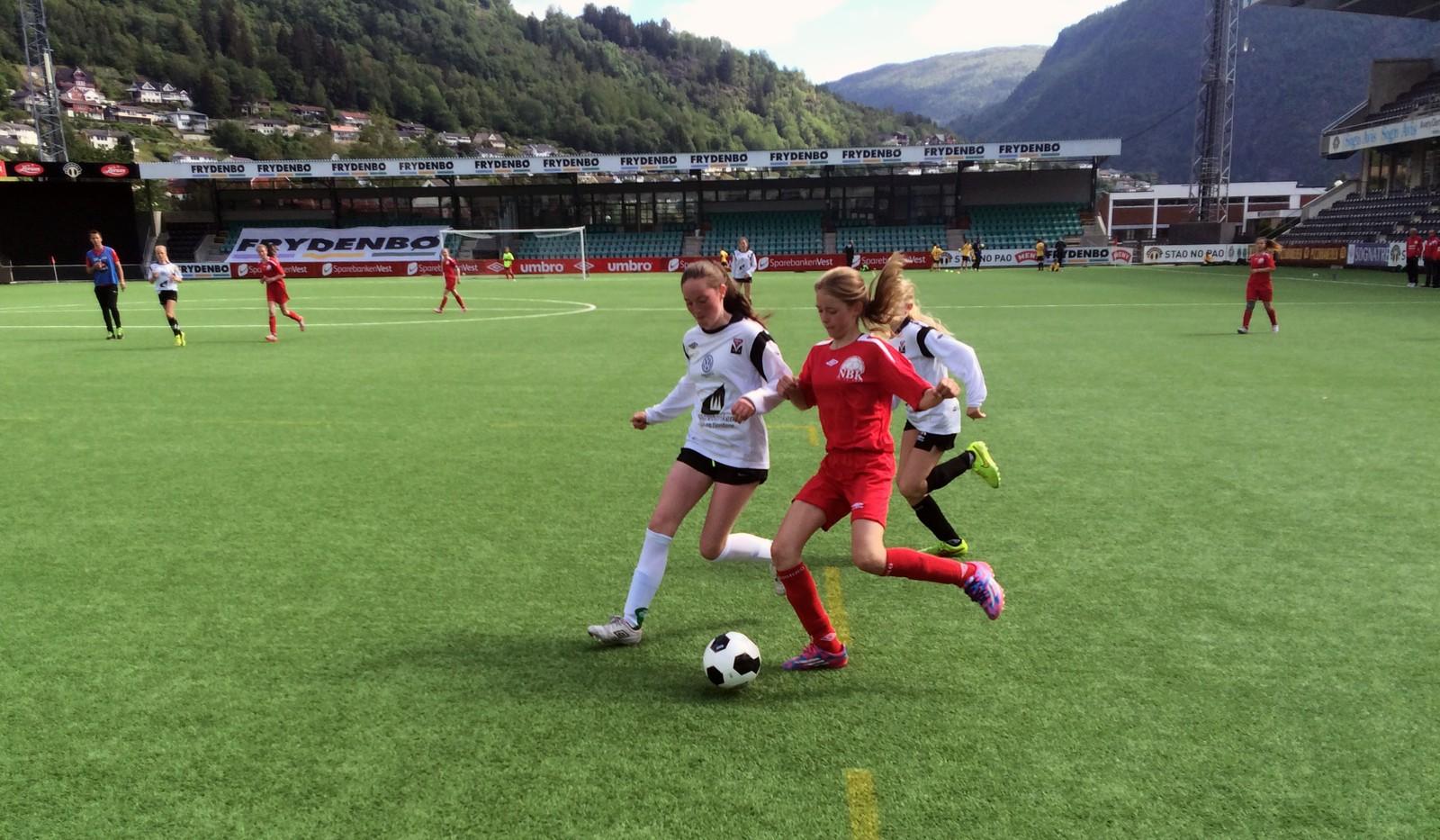 NESTEN MÅL: Sigrun Ringstad Loen på Førde sitt J13-lag makta å hindra Nordhordland ballklubbs Åsne Olsvik i å skåra på Fosshaugane Campus.