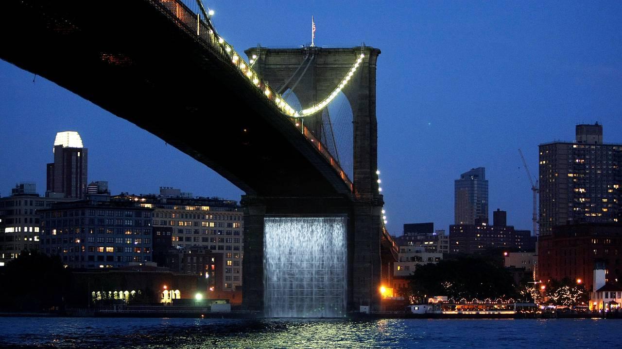 Kunstinnstallasjon, fossefall under Brooklyn Bridge, av Olafur Eliasson i 2008