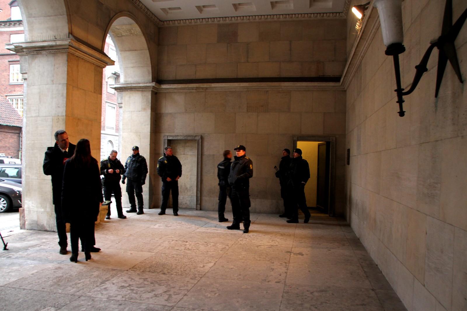 De to mennene som er varetektsfengslet etter terroren i København, fengsles i ti dager. Mennene er siktet for medvirkning til drap. Begge nektet straffskyld under det langvarige rettsmøtet i dag.