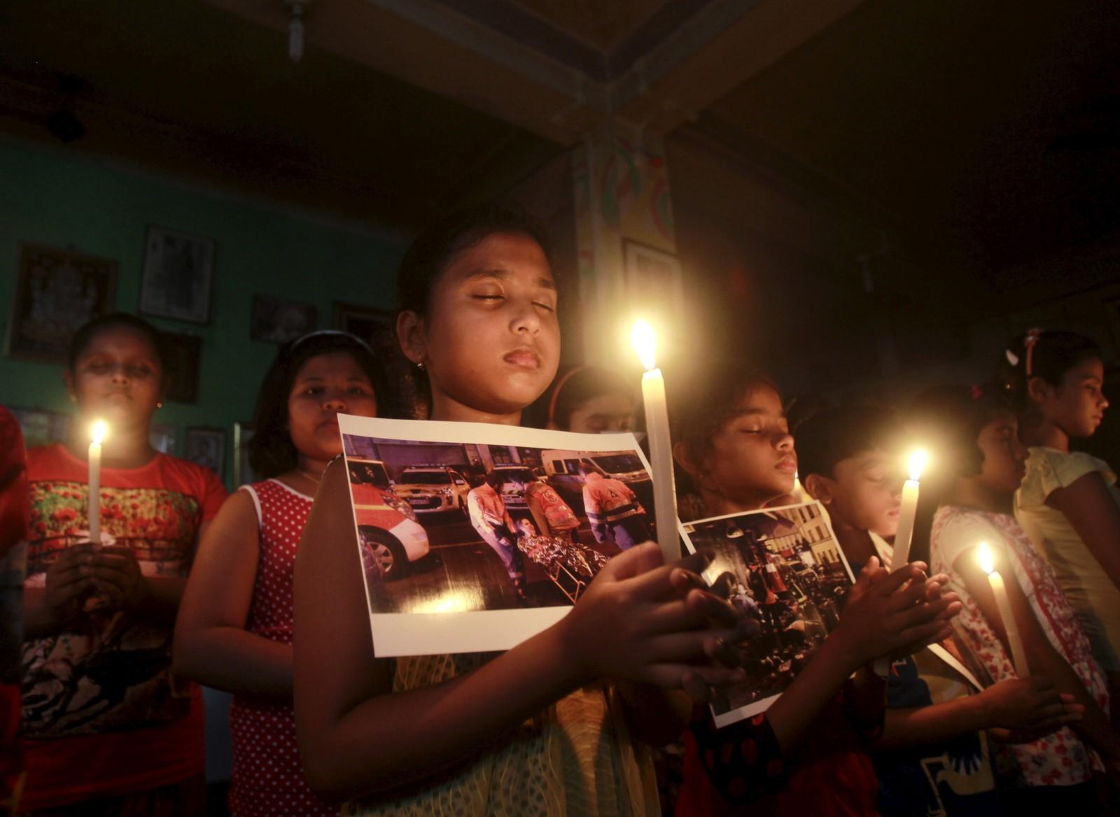 Barn på en danseskole i Agartala i India ber for de terrorrammede ofrene i Paris.