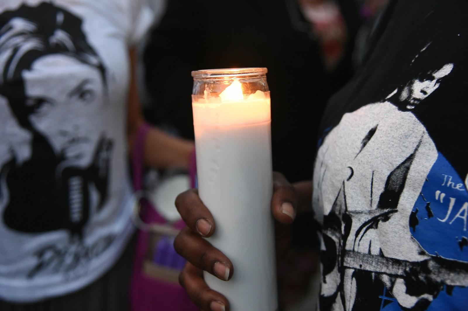 Fans bringer og tenner stearinlys i sorg over artisten Prince, som døde torsdag 21. april. Artisten er omtalt som en stor og nytenkende musiker.