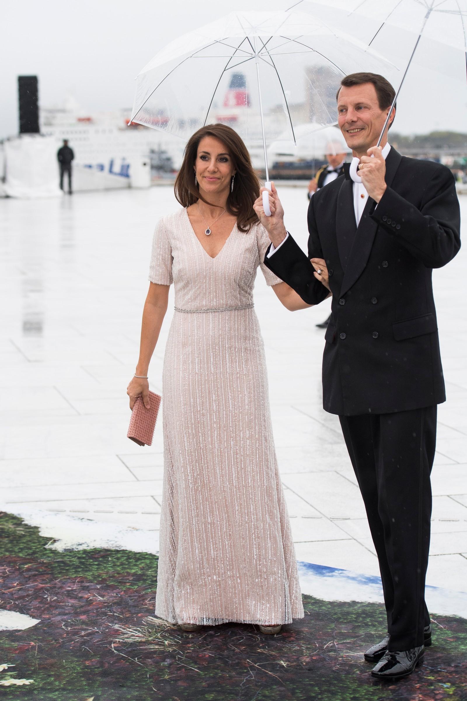 Prins Joachim og Prinsesse Marie av Danmark ankommer festmiddagen i Operaen i anledning kongeparets 80-årsfeiring.