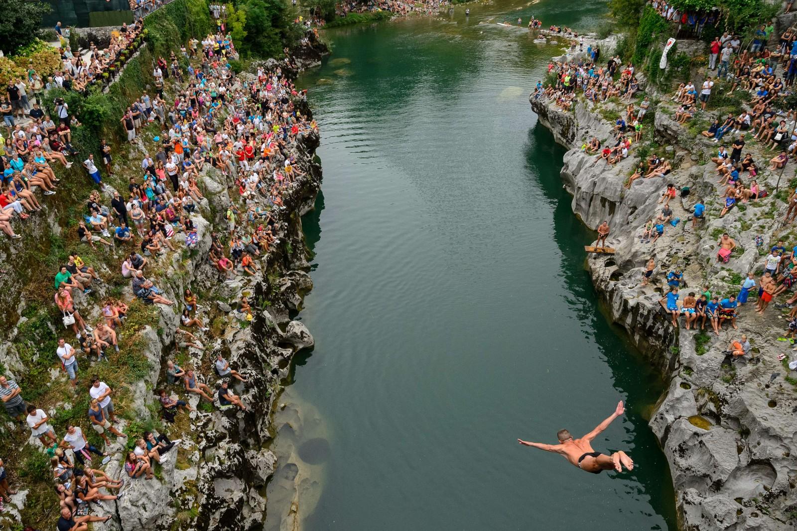 Serbiske Goran Bojic kaster seg ut fra 17 meter i en stupekonkurranse i Kanal, Slovenia.