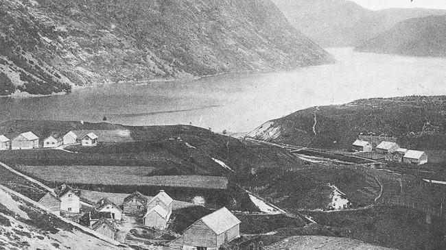 Førde ved Breimsvatnet høyrde til Breim kommune fram til 1965. Då var det ei kommuneregulering der resten av Breim kommune gjekk inn i Gloppen, og Førde vart ein del av Jølster. Dette biletet er teke ca. 1900.