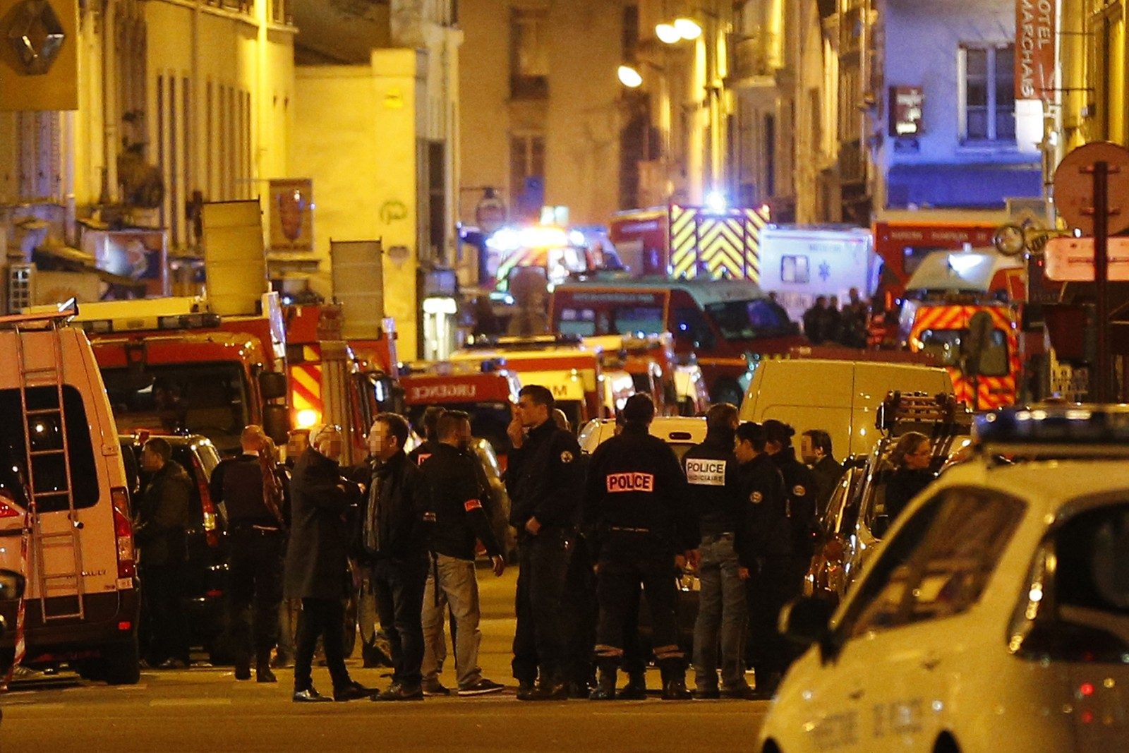 TROR IKKE DET VAR FLERE: En kilde nær etterforskningen sier åtte militante er døde etter angrepene. Politiet tror ikke det var flere angripere, men jakten på mulig medskyldige er i gang etter de blodige angrepene mot et fotballstadion, et konsertlokale og flere steder i sentrum av den franske hovedstaden.