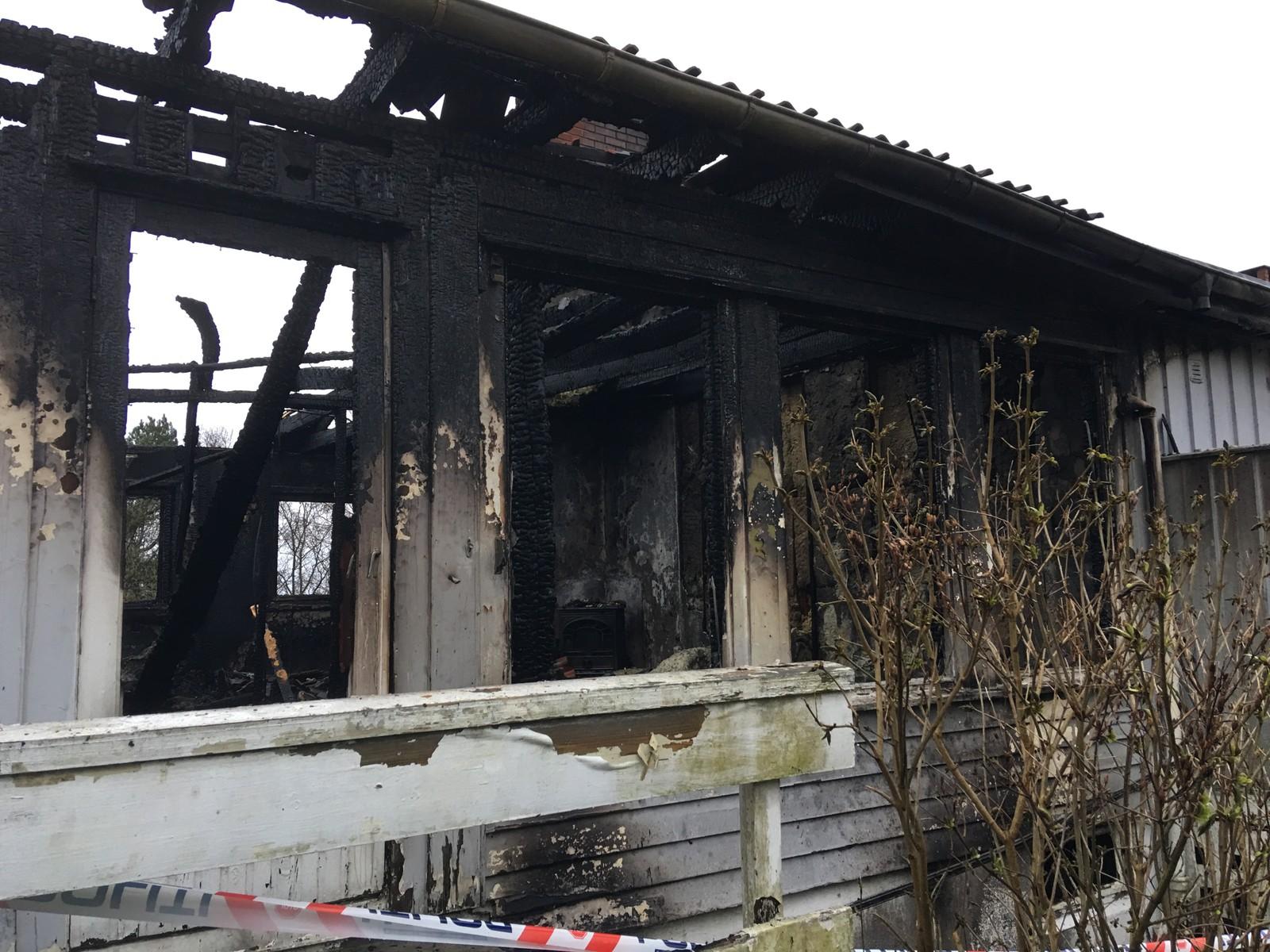 Ett av de fire husene i rekken er totalskadd.