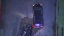 SYNKEHULL: To biler slukes av et synkehull i Sherman Oaks-området i Los Angeles.