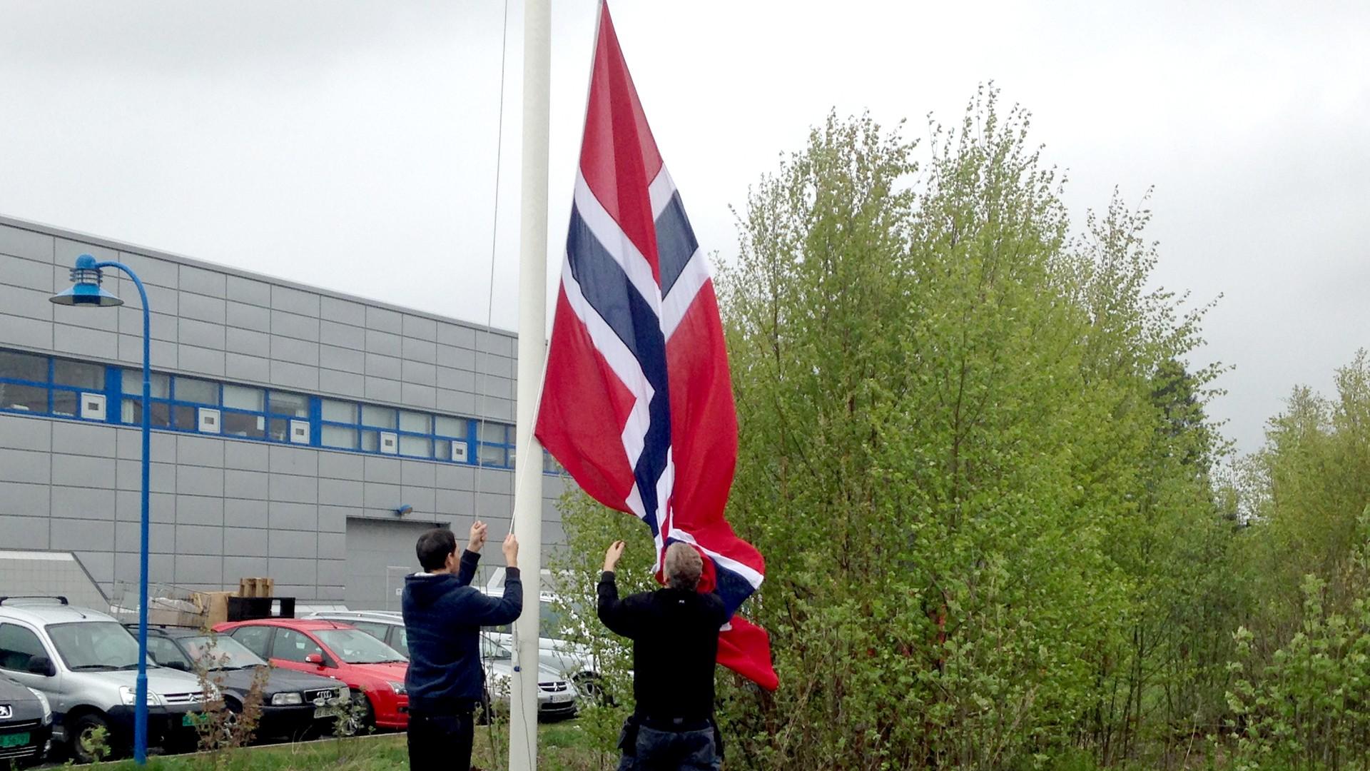 hvordan henge opp flagg i flaggstang