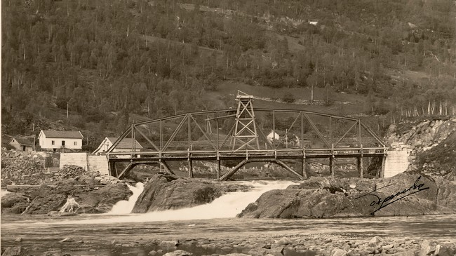 Frå bygginga av Fossebrua over Naustdalsfossen i 1923. © Fylkesarkivet.