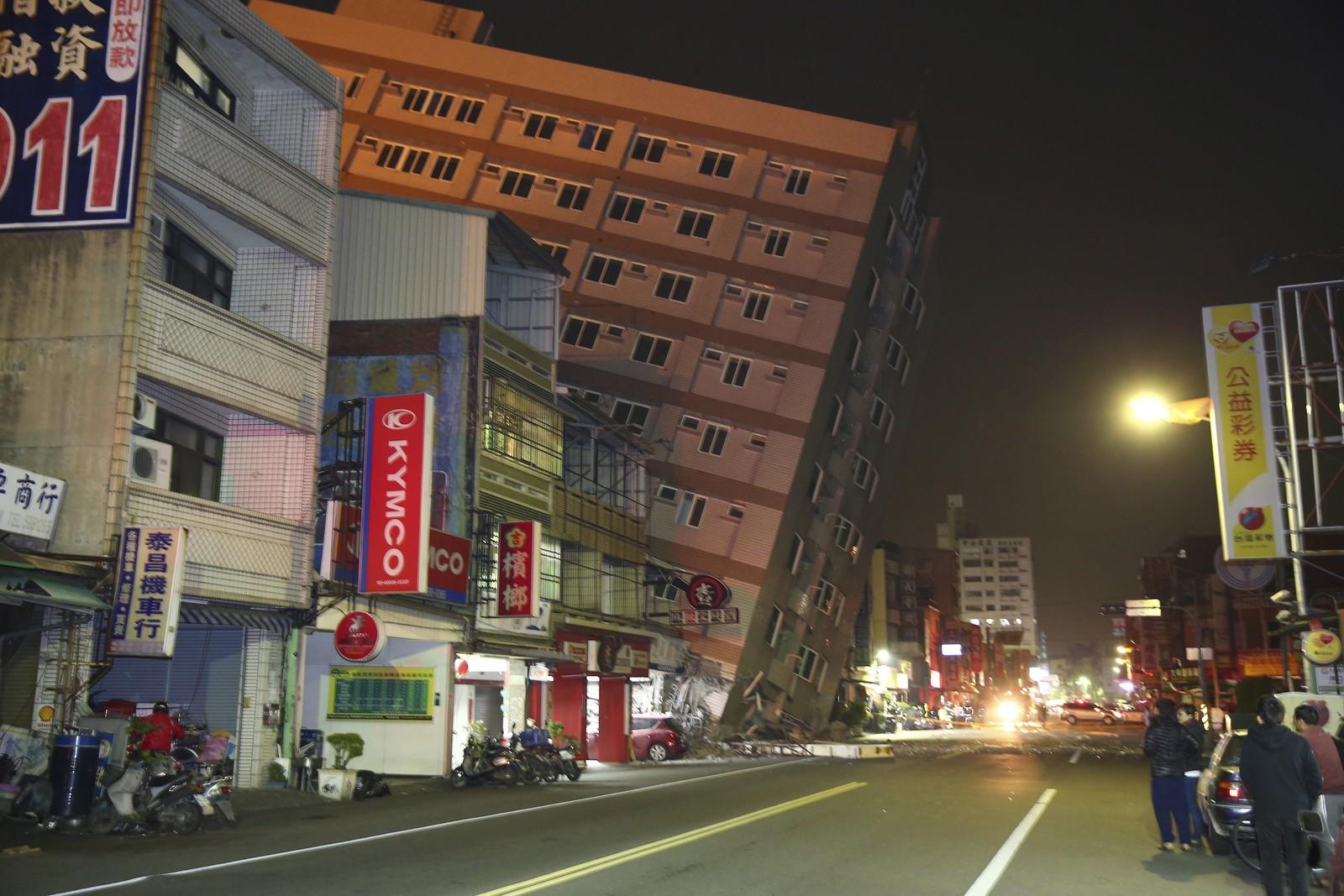 Denne bygningen i byen Tainan kolapset halvveis da jordskjelvet inntraff.