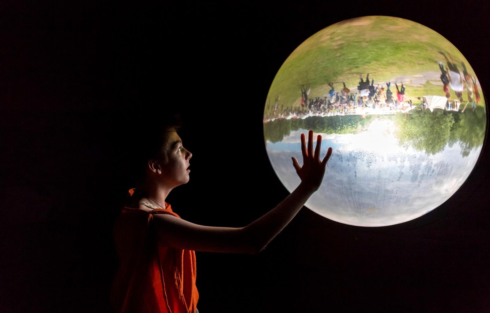 Om ikke magisk, så i hvert fall en vakker glasskule. Den viser utsiden av et museum i Bramsche i Tyskland.