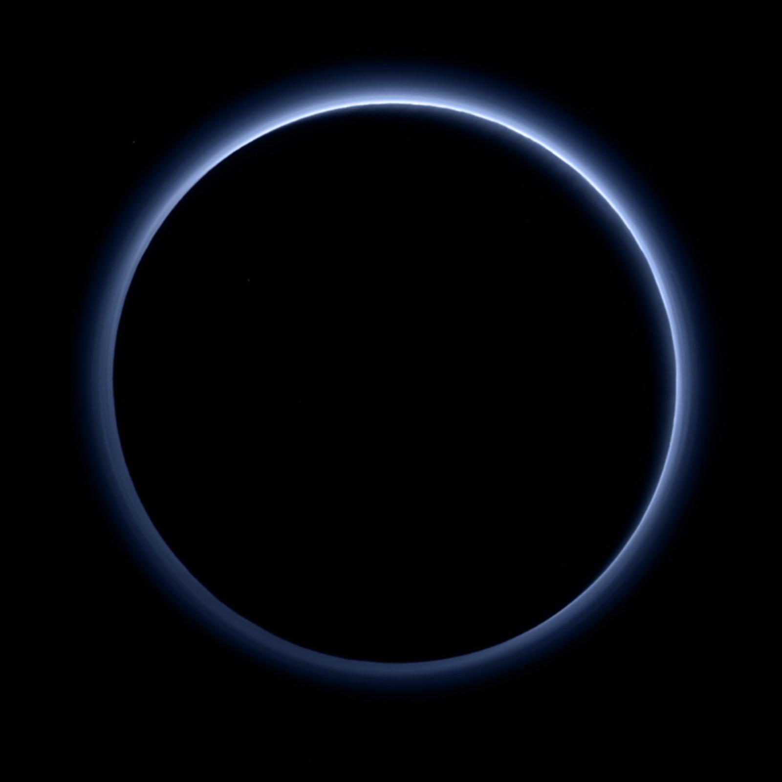NASA kom med dette bildet av Plutos blå ring denne uka. Bildet er tatt av et MVIC-kamera fra romskipet New Horizons. (MVIC = Multispectral Visible Imaging Camera.) Bildet ble deretter kjørt gjennom et program som kombinerer informasjonen fra blå, røde og nær-infrarøde bilder for å reprodusere fargen mest mulig lik slik et menneske-øye ville oppfattet den.