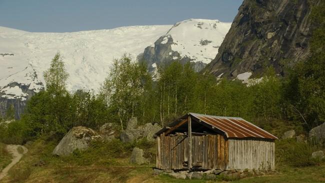 Jostedalsbreen er ein nær granne som folk i Jostedalen og på Veitastrond har måtta lære seg å leve med, både på godt og vondt. Dette er Bergsetbreen i Jostedalen. Foto: Merete Husmo Høidal, NRK.