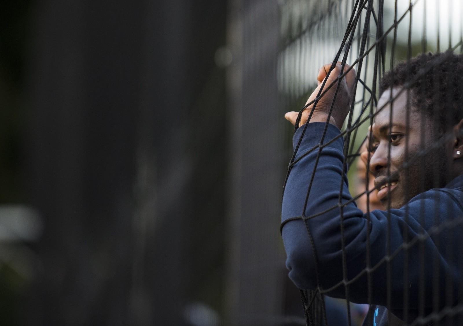Et medlem av fotballaget Welcome United 03 venter på at treninga skal starte i Potsdam, Tyskland. Laget, som får støtte fra klubben Babelsberg 03, består av flyktninger og trenes av den tidligere Bayern-treneren Felix Magath.