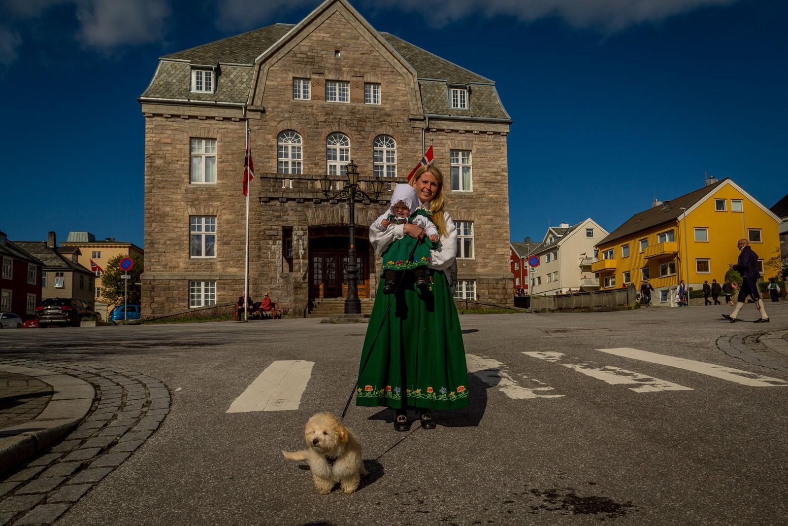 Veronika og Madelen Bremnes med lånt hund, for anledningen. Bikkja heter Leo.