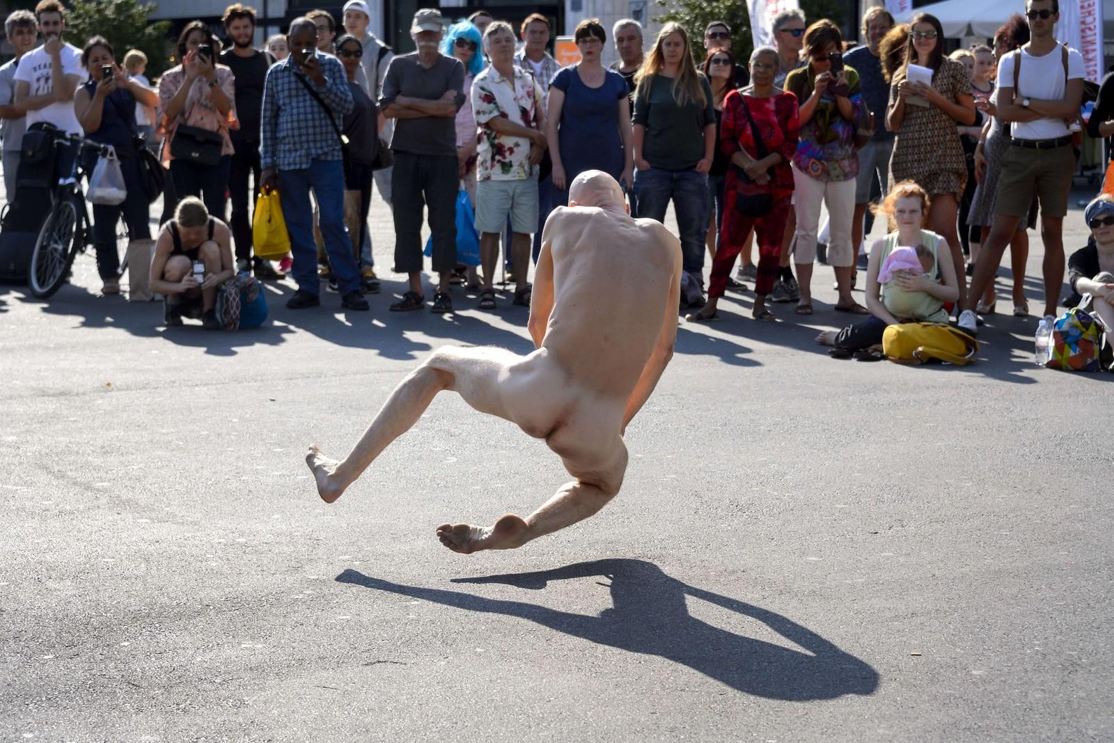 """Sveitsiske Imre Thormann var en av 17 performanceartister som deltok i """"Body and Freedom Festival""""."""