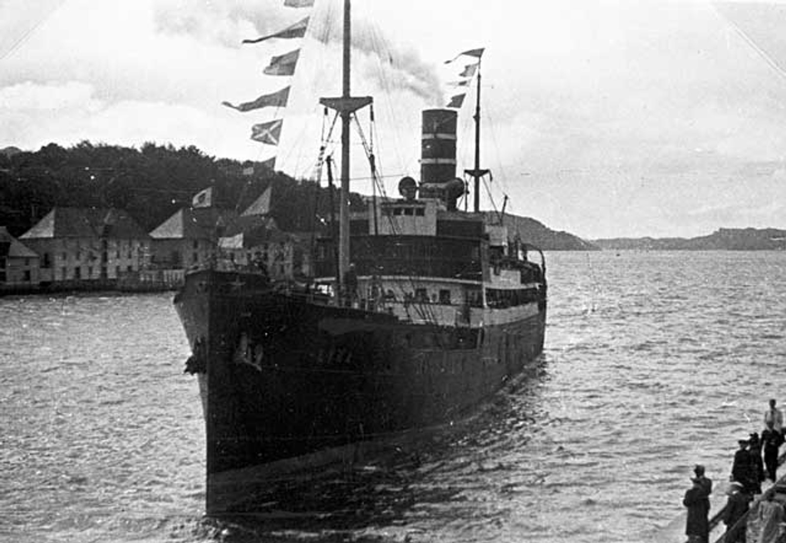 ENGLANDSRETUR: Den første englandsbåten ankommer Bergen havn i mai 1945.