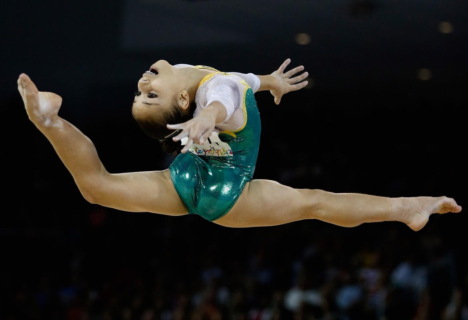 Brasilianske Flavia Lopes Saraiva i aksjon under finalen i gymnastikk i de samme lekene, som i år pågår i Toronto, Canada.