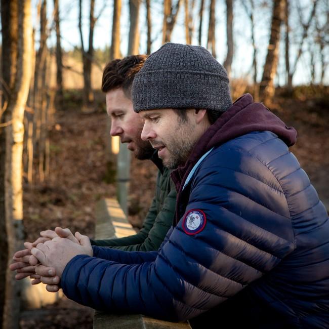 Pål Campher Fuglset og Morten Thomas står utendørs og drodler ideer til opptaket.
