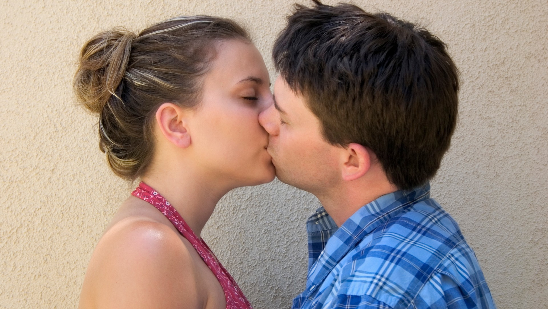 photo-of-teen-girl-with-long-hair-kissing-boy