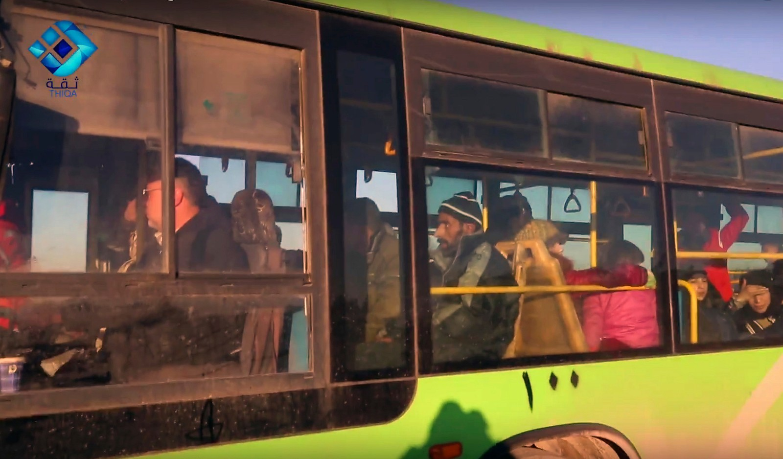 Evakuerte om bord i buss ut av Øst-Aleppo (Thiqa News via AP)