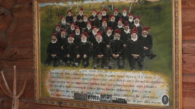 Fotoet i Olden gamle kyrkje av 32 eldre menn i bygda. Foto: Ottar Starheim, NRK.