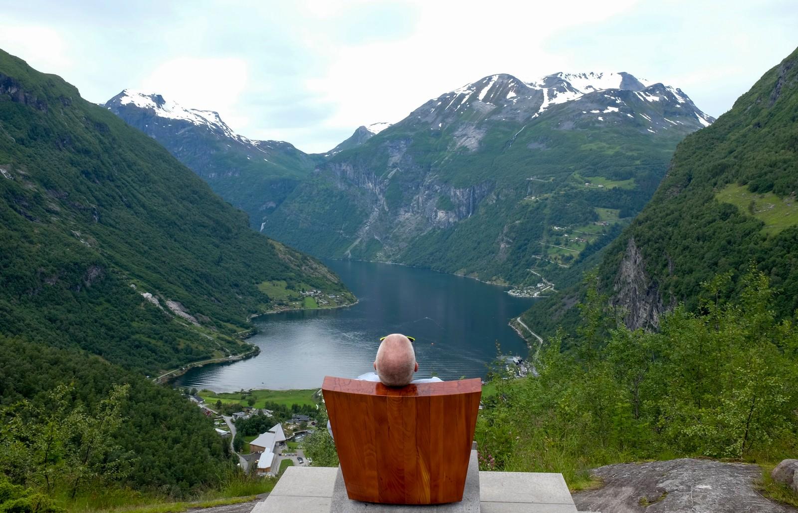 Utsikt fra Dronningstolen i Flydalsjuvet over Geiranger og Geirangerfjorden. Dronningstolen er et kunstverk utført til ære for dronning Sonja, og avduket av henne i 2003.