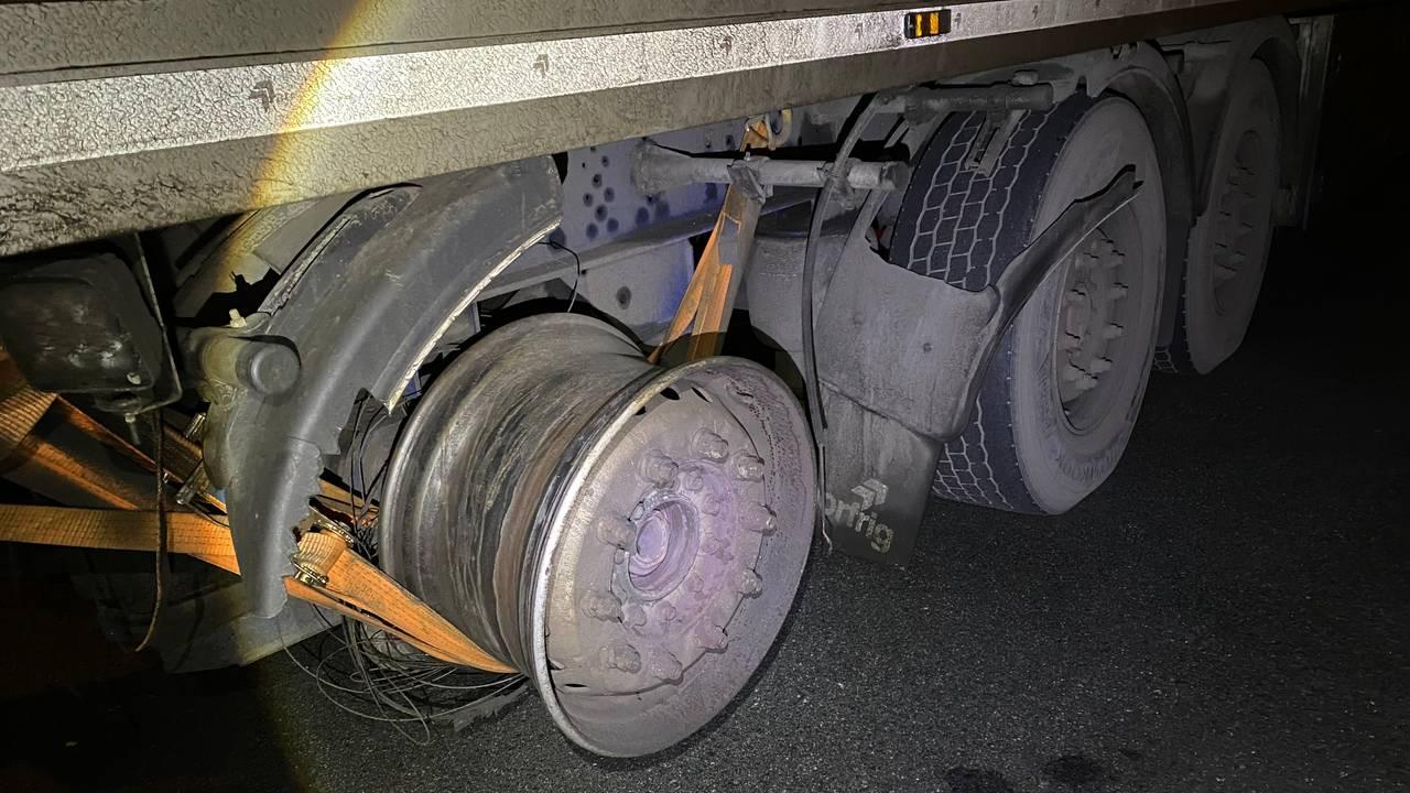 Lastebil uten dekk på hjulet